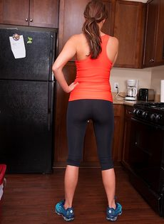 Сладострастная красавица занимается мастурбацией на кухне - фото #2