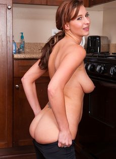 Сладострастная красавица занимается мастурбацией на кухне - фото #8