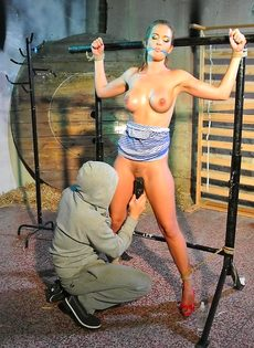 Крепко связанную девушку доводят до оргазма вибратором - фото #12
