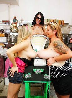 Раскованные девушки хотят узнать вес своих натуральных сисек - фото #13