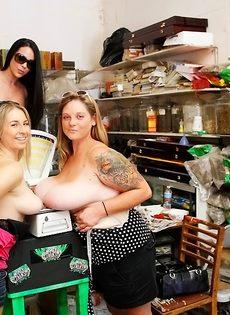 Раскованные девушки хотят узнать вес своих натуральных сисек - фото #14