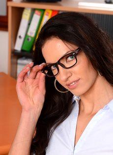 Эффектная и элегантная секретарша позирует на рабочем месте - фото #2