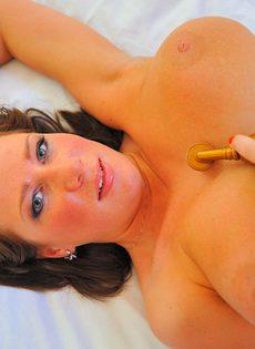 Возбуждающее соло гибкой молодой девушки с натуральной грудью - фото #2