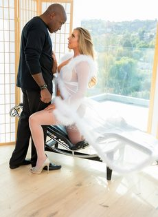 Саманта Сен трахает огромный черный член в белых нейлонах и каблуках - фото #1