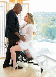 Саманта Сен трахает огромный черный член в белых нейлонах и каблуках - фото #2