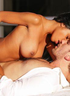 Занялся страстным сексом с шикарной негритянкой после поцелуев - фото #11