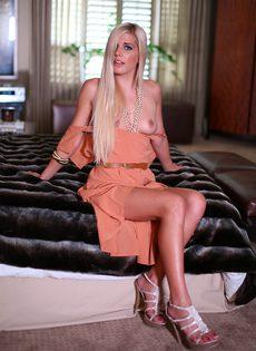 Откровенные фотографии длинноногой блондинистой девушки - фото #7