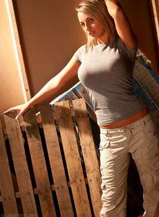 Любительские фото красивой сиськастой девушки Nikki Sims - фото #1