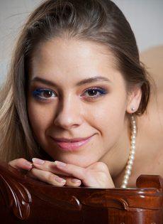 Девушка с милой улыбкой выставила напоказ ухоженную киску - фото #16