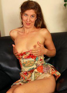 Зрелая женщина раздвигает заросли мохнатой вагины - фото #9