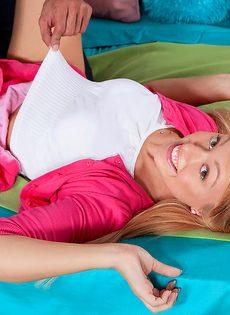 Симпатичная Люси Тайлер сочится спермой из бритой пизды после секса - фото #1