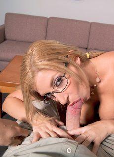Сара Джей разлеглась на столе и занялась вагинальным соитием - фото #2