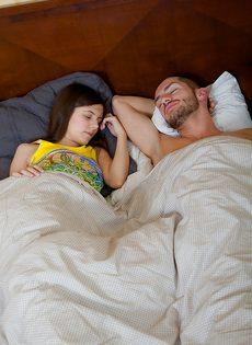 Утренний минет от молодой потаскушки и сперма в рот - фото #1