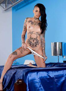 Татуированная потаскушка решила попозировать обнаженной - фото #12