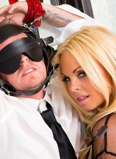 Сексапильная блондинка в эротическом наряде доминирует над парнем - фото #1