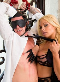 Сексапильная блондинка в эротическом наряде доминирует над парнем - фото #5