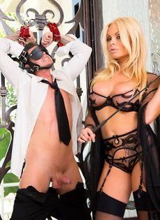 Сексапильная блондинка в эротическом наряде доминирует над парнем - фото #6