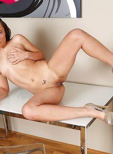 Молодая девушка раздвигает половые губы в разные стороны - фото #12