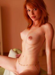 Рыженькая девушка красиво позирует, принимая разные позы - фото #18