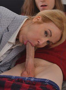 Бабенка берет в рот пенис молодого длинноволосого пацана - фото #6