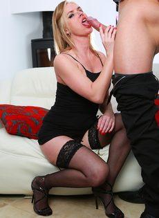 Потаскуха в черных чулках полирует стояк и облизывает его языком - фото #4