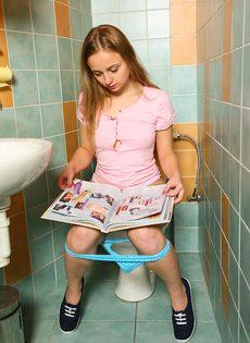 Очаровательная молодушка ласкает киску пальчиками в туалете - фото #1