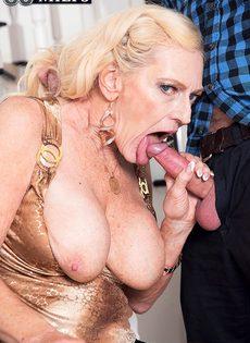 Старая блондинка помогла мужику получить оргазм - фото #12