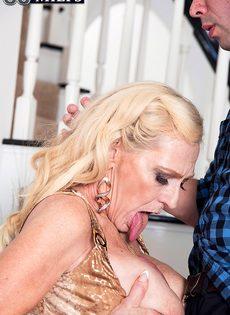 Старая блондинка помогла мужику получить оргазм - фото #13