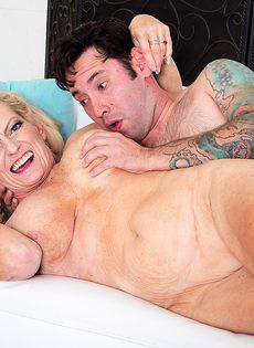 Старая блондинка помогла мужику получить оргазм - фото #14
