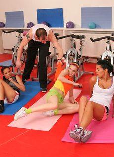 Группа девушек используют инструктора йоги для сексуальных забав - фото #1