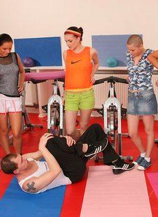 Группа девушек используют инструктора йоги для сексуальных забав - фото #2