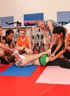 Группа девушек используют инструктора йоги для сексуальных забав - фото #3