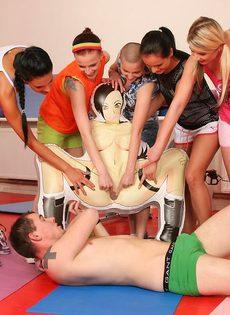 Группа девушек используют инструктора йоги для сексуальных забав - фото #7