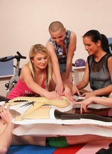 Группа девушек используют инструктора йоги для сексуальных забав - фото #9