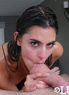 Намасленная брюнетка заглатывает пенис в рот по самые яйца - фото #11