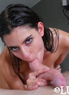 Намасленная брюнетка заглатывает пенис в рот по самые яйца - фото #12