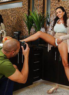 Отсос в исполнении латиноамериканской зрелой женщины - фото #2