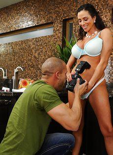 Отсос в исполнении латиноамериканской зрелой женщины - фото #5