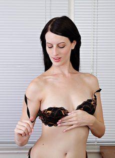 Брюнетка Алекс раздвигает волосатые половые губы киски после обнажения - фото #6