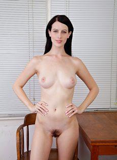 Брюнетка Алекс раздвигает волосатые половые губы киски после обнажения - фото #10