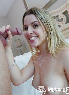 Девушка удовлетворенно насаживается пиздой на половой член - фото #15
