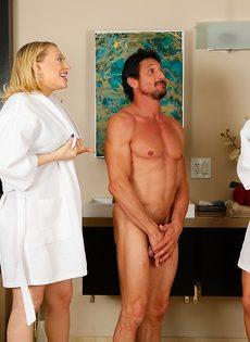 Сучки порадовали подкачанного мужика нуру массажем - фото #2