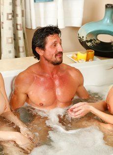 Сучки порадовали подкачанного мужика нуру массажем - фото #12