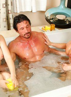 Сучки порадовали подкачанного мужика нуру массажем - фото #13
