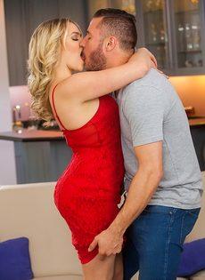 Перед сексом страстно полизал блондинке бритую письку - фото #2