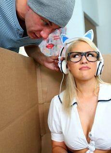 Сексуальная блондинка играет в компьютерную игру и трахается - фото #1