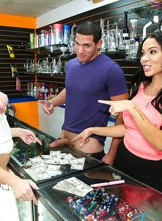 Продавщица отсосала за деньги в магазине - фото #1