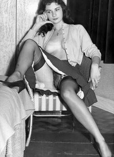 Брюнетистая баба задирает юбку и демонстрирует мохнатую пилотку - фото #2