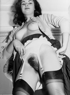 Брюнетистая баба задирает юбку и демонстрирует мохнатую пилотку - фото #10