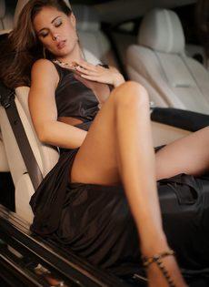 Обворожительная девушка подставляет бритую киску под половой член - фото #1